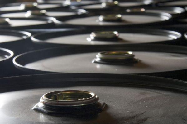Crudo WTI bajó 3,3 % por debilidad china y mejora de suministro de Aramco