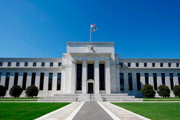 Mejoran proyecciones en EEUU: Fed mantendrá tasas cercanas a 0% hasta 2023