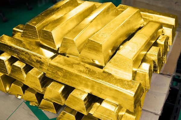 Oro cae ante fortaleza del dólar