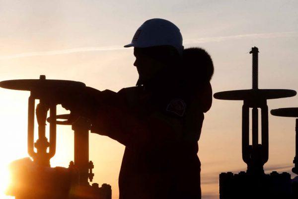 Tensiones comerciales presionan descenso de precios petroleros
