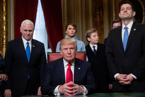 Trump promulga leyes en su primer día como presidente