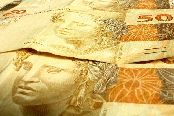 EFE: El real prosigue su escalada en un Brasil hundido en recesión