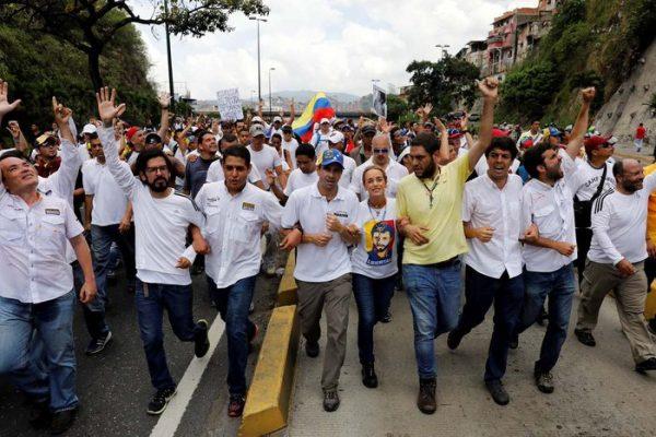 Oposición logró llegar a la CEV en marcha pacífica