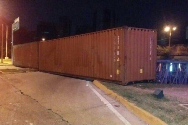 Accesos a la autopista Francisco Fajardo fueron bloqueados con contenedores