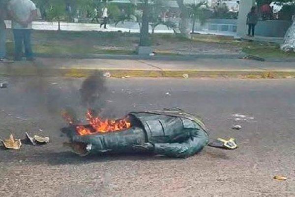 Manifestantes venezolanos queman y destruyen estatua de Chávez