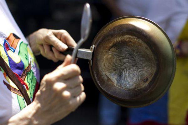 Golpeando ollas vacías, personas protestaron este sábado contra la escasez de alimentos