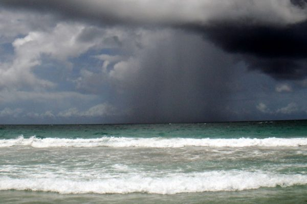 El huracán Florence fue degradado a tormenta tropical