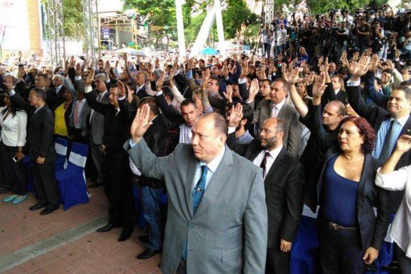 Magistrados venezolanos asilados llegan a Chile tras dos meses en embajada en Caracas