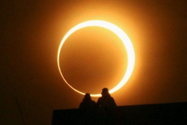 Los curiosos contemplan un raro eclipse en África pese a condiciones poco favorables