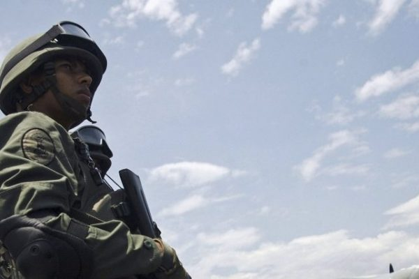 Fanb ensayó maniobras defensivas en entradas viales de Caracas