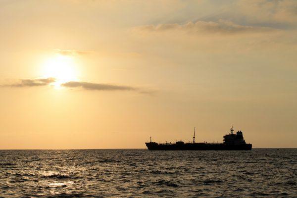 Tanquero iraní zarpa hacia el Golfo Pérsico transportando crudo pesado venezolano