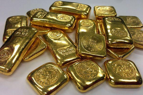 El oro cayó desde máximos de seis años pero anotó avance semanal