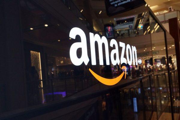 Acción de Amazon logra nuevo récord en mercado que subió por pragmatismo de la Fed
