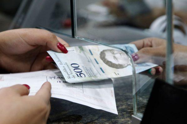 El billete de más alta denominación vale menos de un dólar oficial