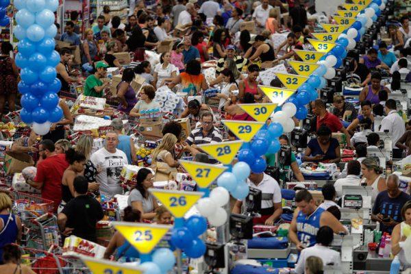 Colapsan supermercados en Río con ofertas de