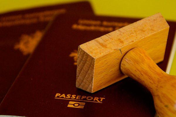 Desarticulan banda que gestionaba pasaportes en dólares