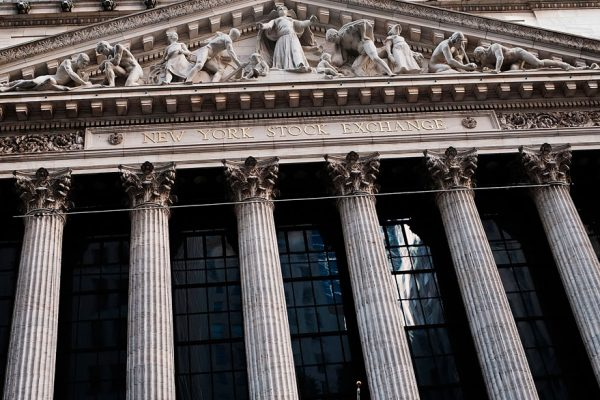 Wall Street cerró en terreno positivo ante expectativas de baja de tasas de interés