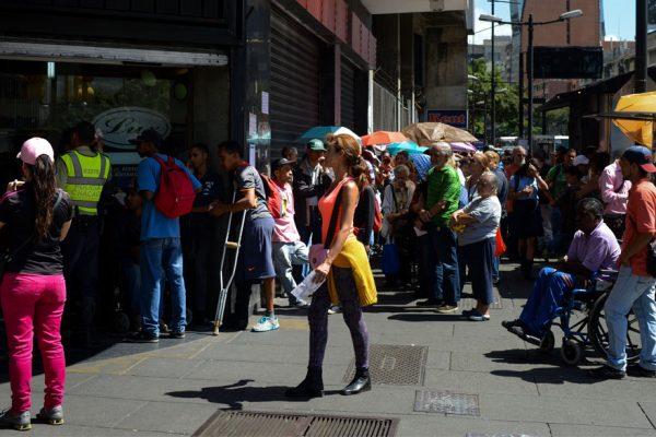 Empleados venezolanos faltan a sus trabajos para subsistir