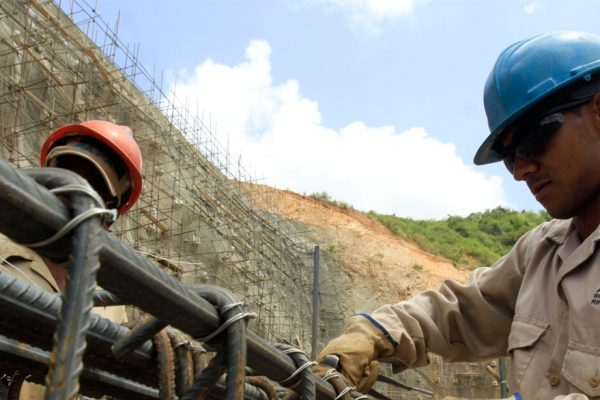 ¿En qué sectores formales trabajan los venezolanos en Perú?