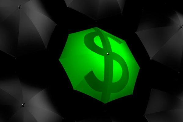 Los anuncios oficiales no calman el dólar «confinado» que avanza hacia los Bs.100.000