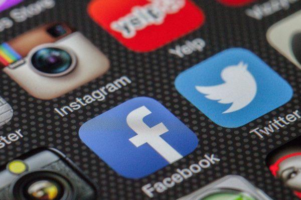 La pugna con Trump expone las estrategias divergentes de Twitter y Facebook
