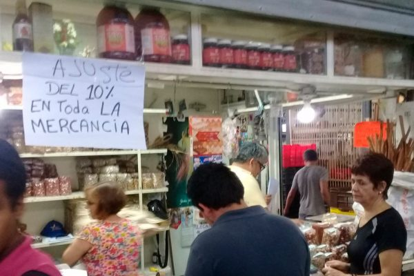 Venezuela regresa al control de precios con un salario mínimo de US$4