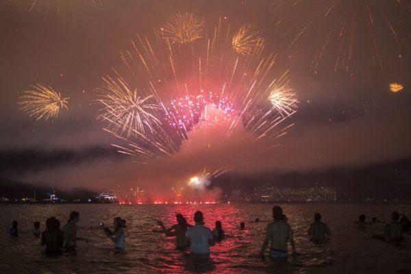 Turistas abarrotan playas de Río de Janeiro en vísperas de Año Nuevo