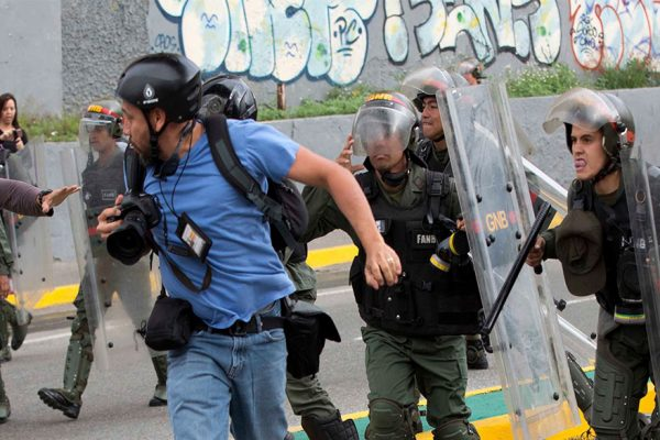 SNTP: Cierran 69 medios y suben agresiones a periodistas en Venezuela
