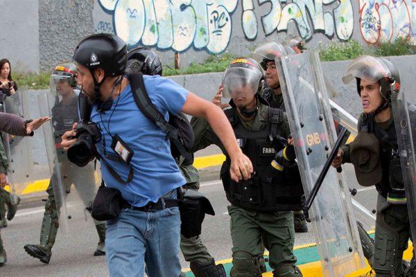 Guaidó pide a periodistas amenazados no dejarse intimidar este #16N