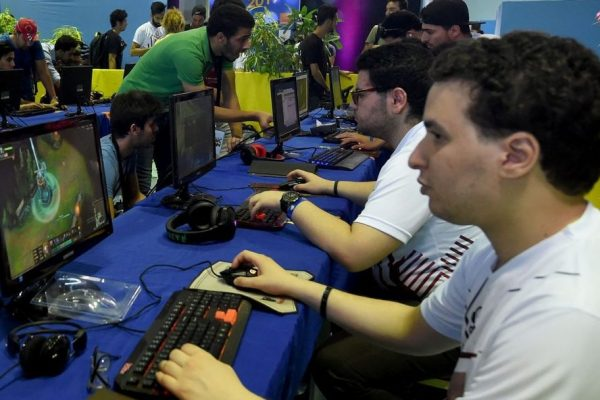 Bloomberg: Venezolanos usan videojuegos para sobrevivir