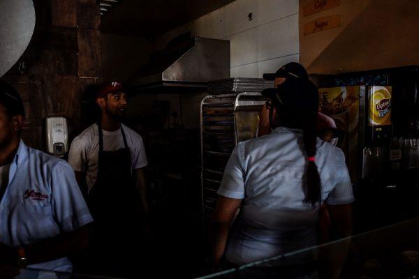 Venezolanos arrancan la semana con rezagos tras fallas eléctricas