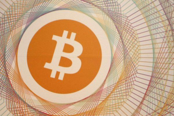 Bitcoin se desploma 12% y cae por debajo de los $9.000