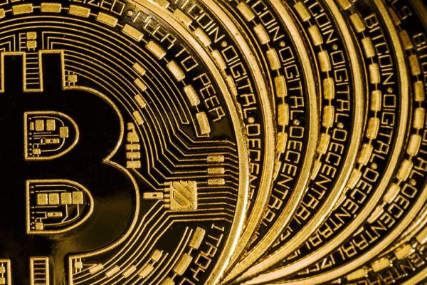 El bitcóin sube cerca de un 9 % y se sitúa en torno a 54.300 dólares