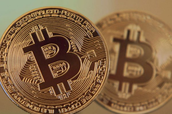 El bitcoin se desplomó 11% este viernes