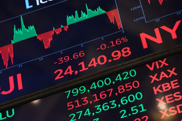 Pánico generalizado sacude a mercados financieros en este «lunes negro»