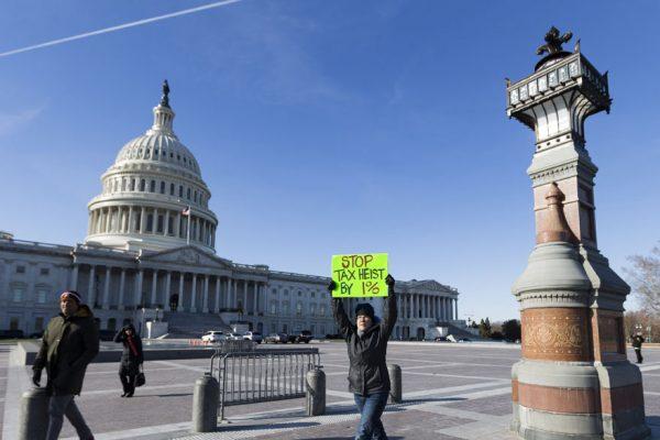 Un policía murió en un ataque con vehículo en un acceso al Capitolio de EE.UU
