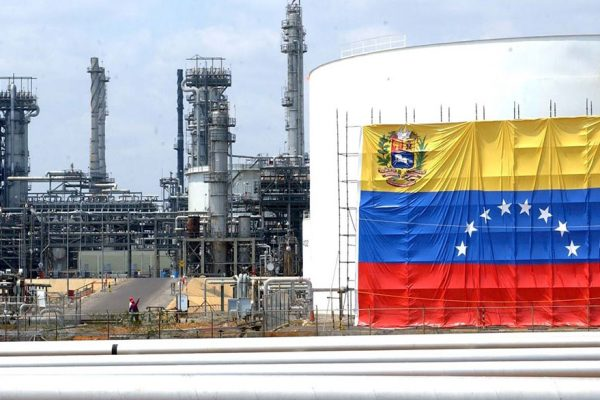 """Empresarios proponen instalar """"mini refinerías"""" para zanjar crisis de combustible en Venezuela"""
