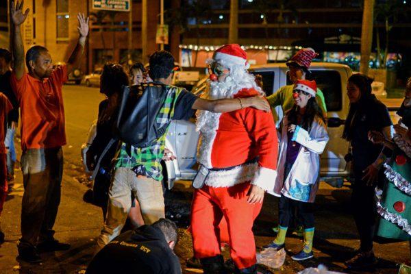 «¡Danos comida!», gritan a Santa en las calles de Caracas