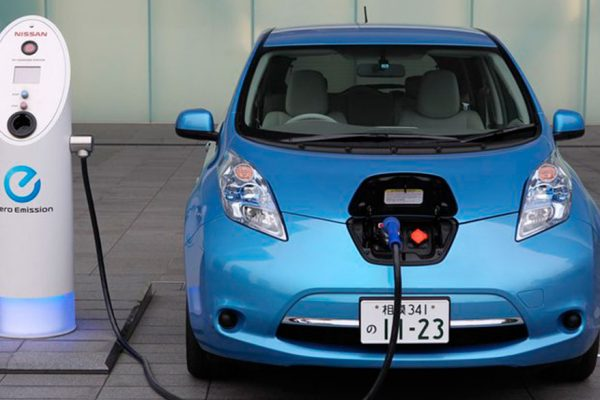 Falta de información y de infraestructuras impide arranque del carro eléctrico