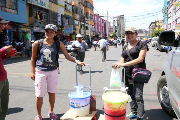 Reuters: Venezolanos venden de puerta en puerta en Colombia buscando paliar crisis