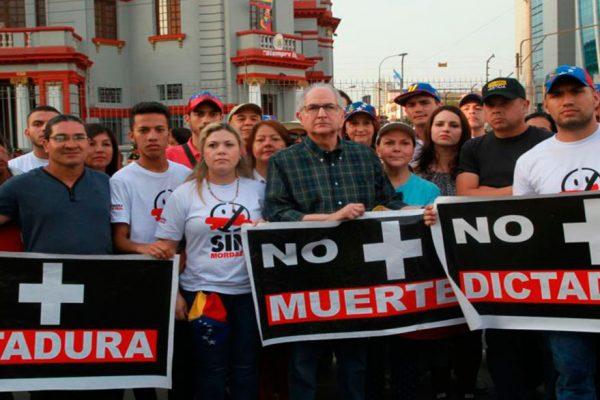 Venezolanos protestaron contra Maduro ante embajada en Lima