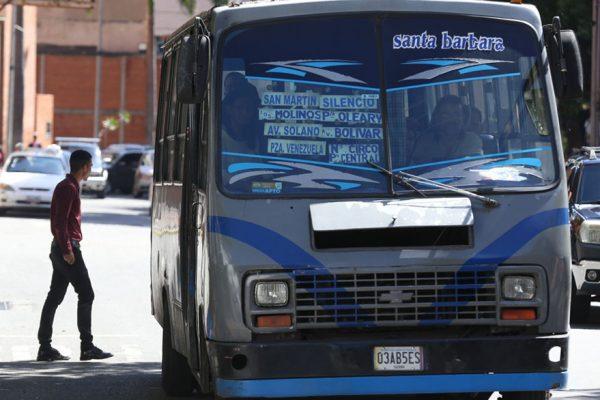 Venezolanos abandonan empleos por crisis del transporte público