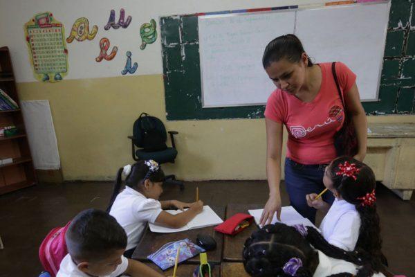 Niños y maestros abandonan colegios tras paquetazo de Maduro