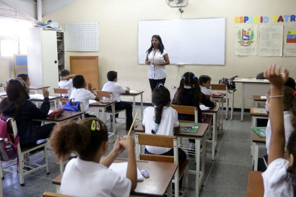 Gobierno autoriza Bs 1,7 billones para pagar alza de salario a los docentes