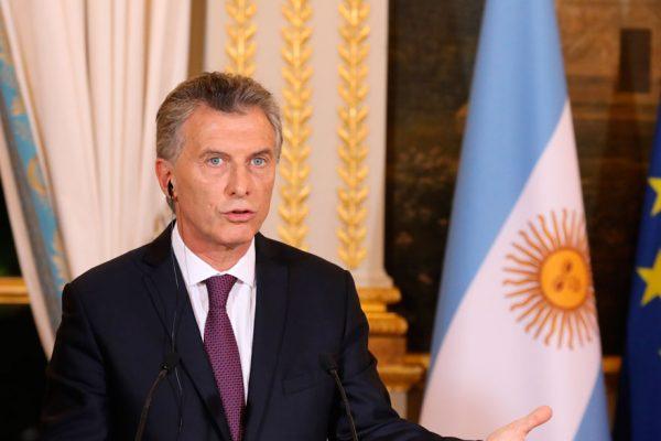 Argentina anuncia baja del gasto fiscal en víspera de recibir al FMI
