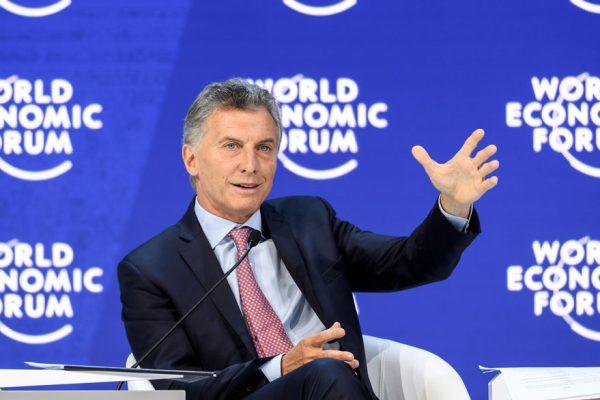 Macri decide suprimir el IVA a bienes esenciales por el resto del año