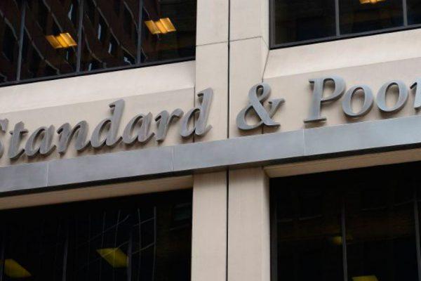 S&P rebaja un peldaño la nota de la deuda de Argentina