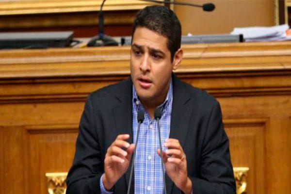 José Manuel Olivares se exilia tras persecución política