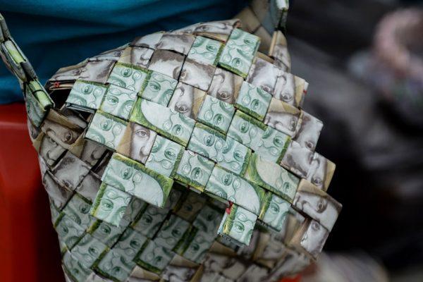 Devaluados billetes venezolanos, piezas de manualidades callejeras