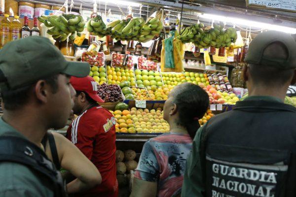 Policía fiscaliza cumplimiento de precios en comercios